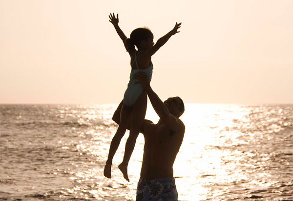 20100701-father-lifting-daughter-600x411
